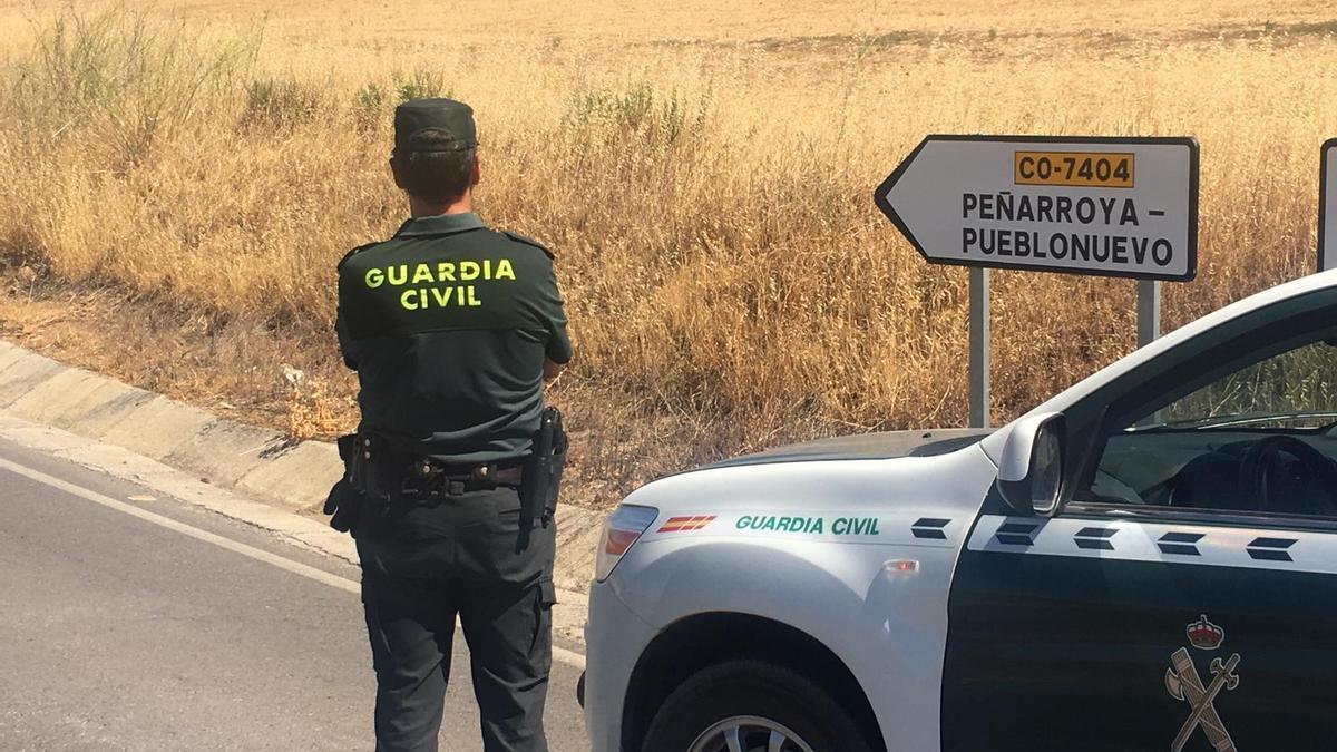 Un agente de la Guardia Civil, en las inmediaciones de Peñarroya-Pueblonuevo.
