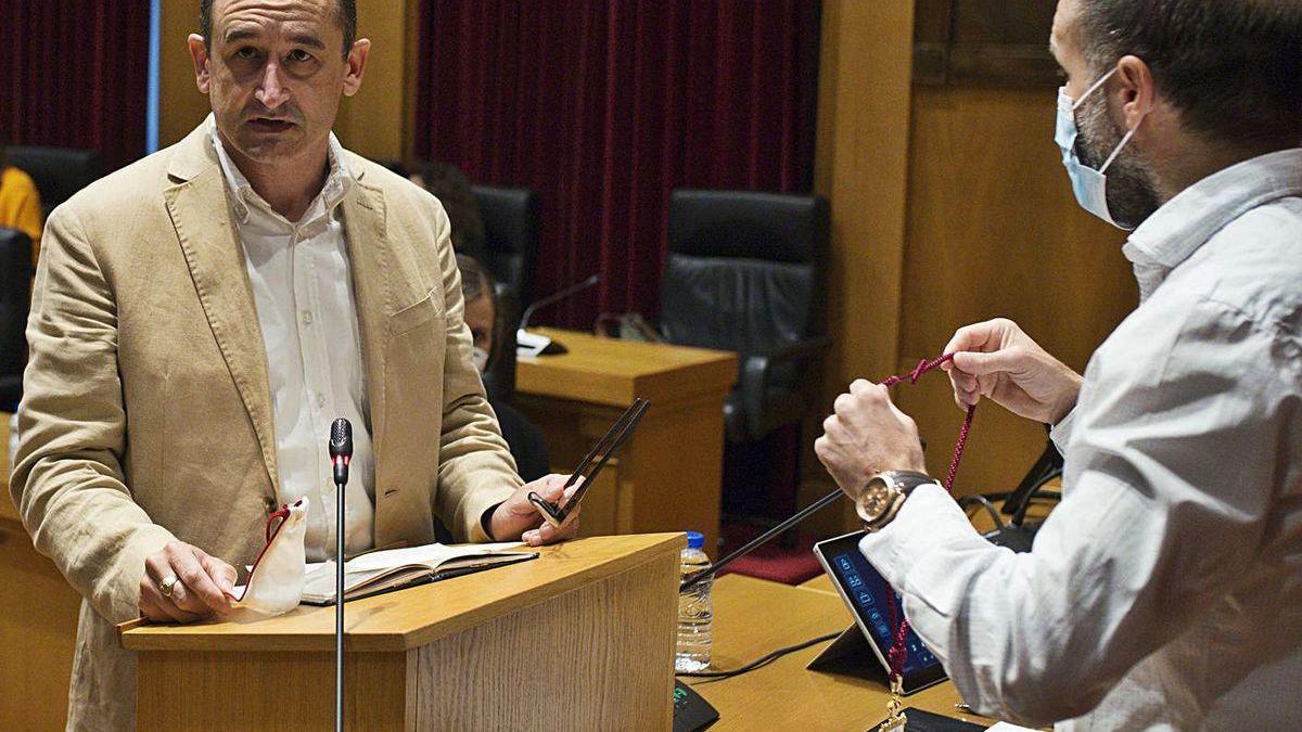 Telmo Ucha jura el cargo durante su toma de posesión como edil, ayer, ante el alcalde.