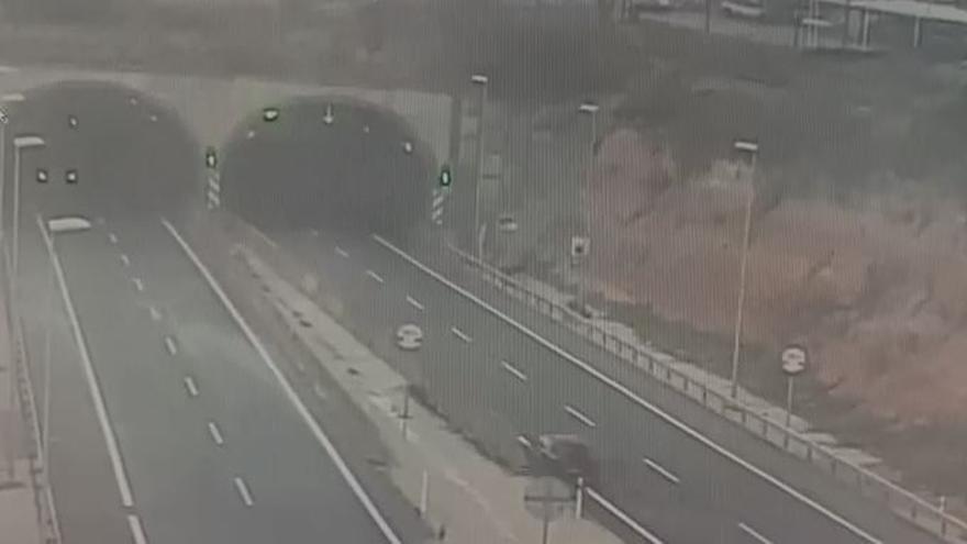 Fallece un joven de 24 años al chocar con la mediana en un túnel de la A-7