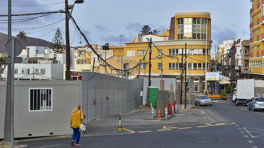 Los cables que vuelan sobre la gasolinera