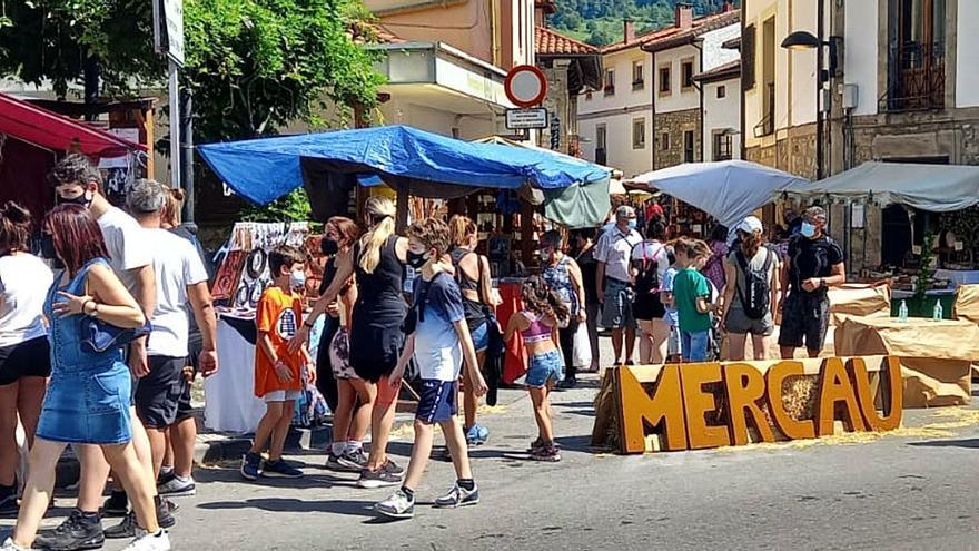 De mercáu en Arenas, en honor al queso