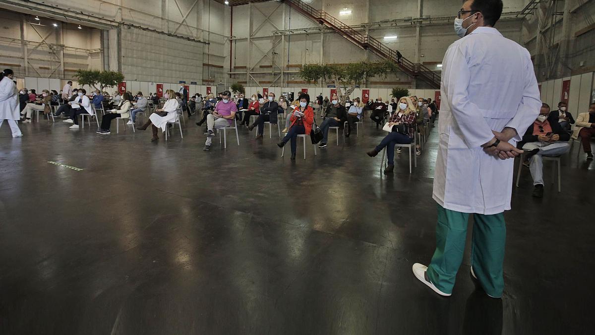 Gente, esperando  en Valencia su turno  para ser vacunado contra el coronavirus. |    // EFE