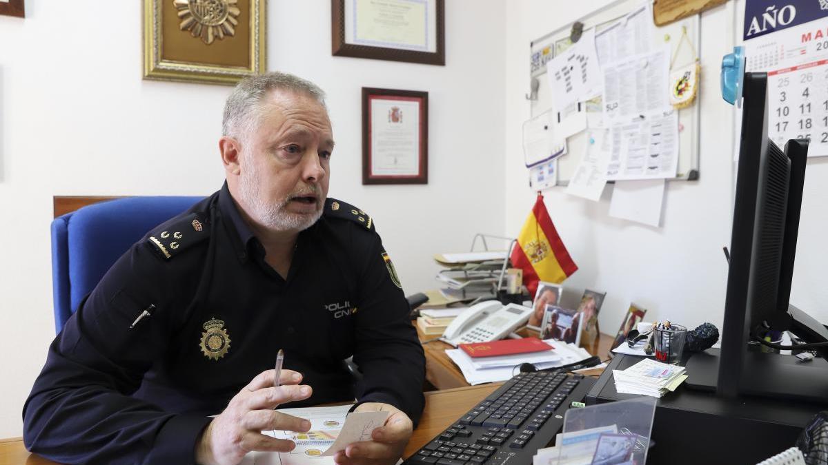 Fernando Maestre atiende a LA OPINIÓN en su despacho de la Jefatura de Ceballos.