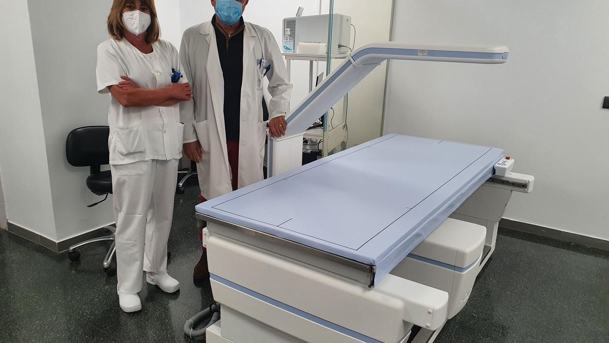 El doctor Santamaría, jefe del área de diagnóstico por la imagen del Provincial, junto al nuevo densitómetro.