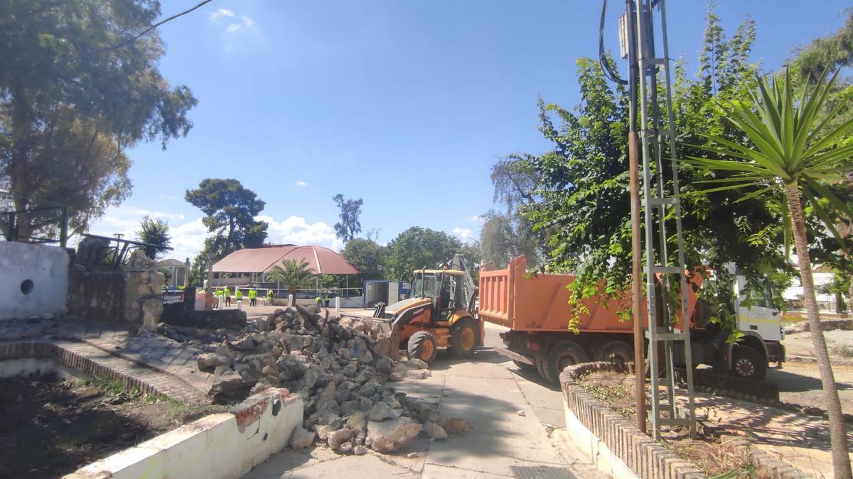 Las máquinas ya trabajan en el Parque de Jesús de Bujalance.