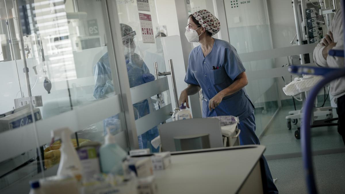 Una sanitaria en la UCI del hospital de Son Espases