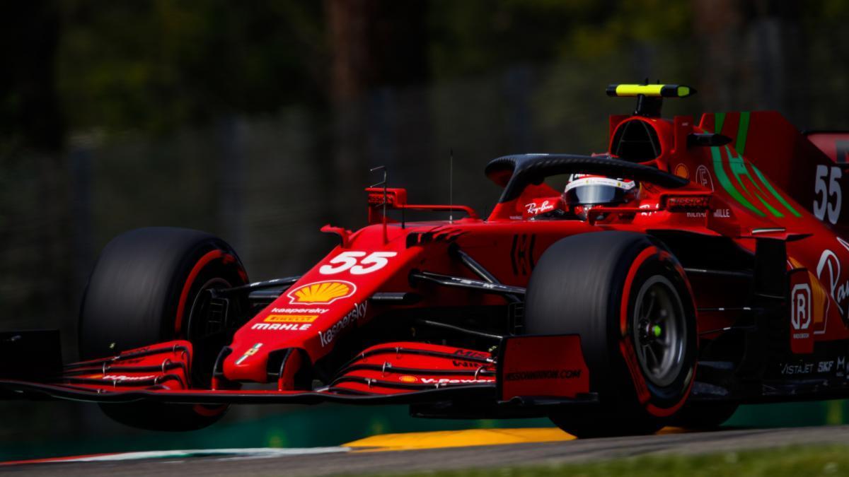 Carlos Sainz, a los mandos del Ferrari en el GP de Emilia Romaña.