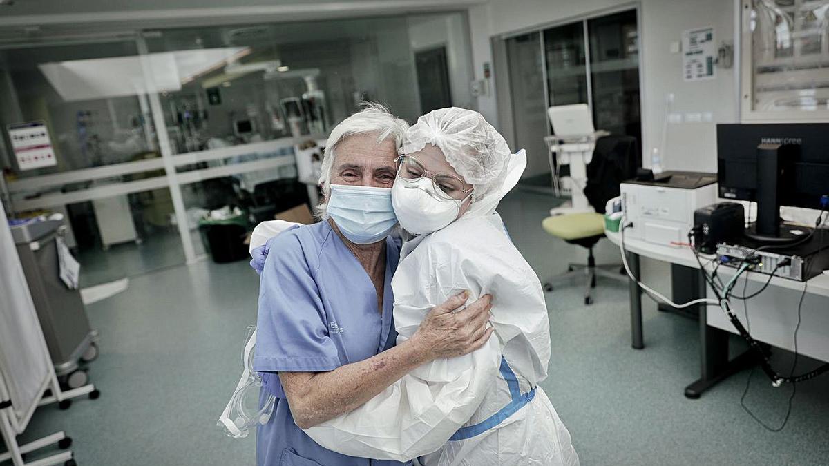 Carmen Leal y Clara Ayala se abrazan ante la llegada de un nuevo ingreso.