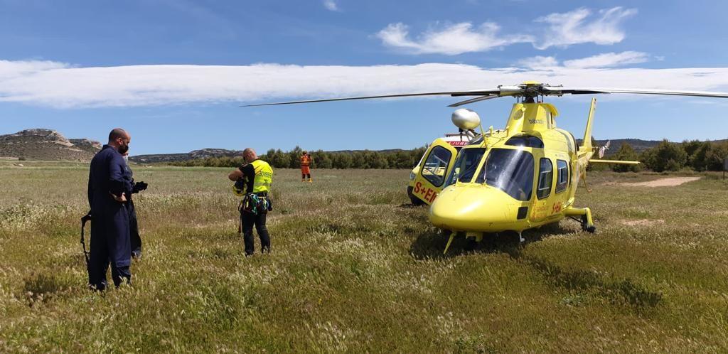 Un helicóptero rescata a un senderista en Castellar de Meca