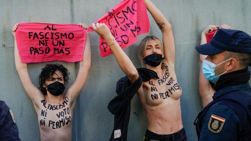 Activistas de Femen protestan en el colegio electoral de Rocío Monasterio
