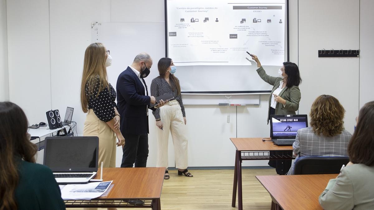 Una profesora de ESIC Sevilla imparte una clase de marketing