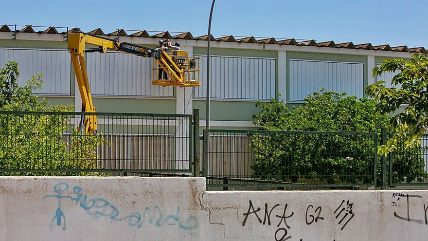 Arranca la retirada de fibrocemento prevista en seis colegios de Alicante
