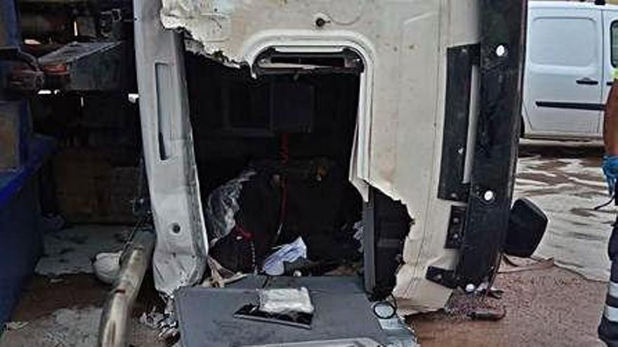El conductor del camión que volcó en el vertedero de Ca na Putxa, ingresado en la UCI