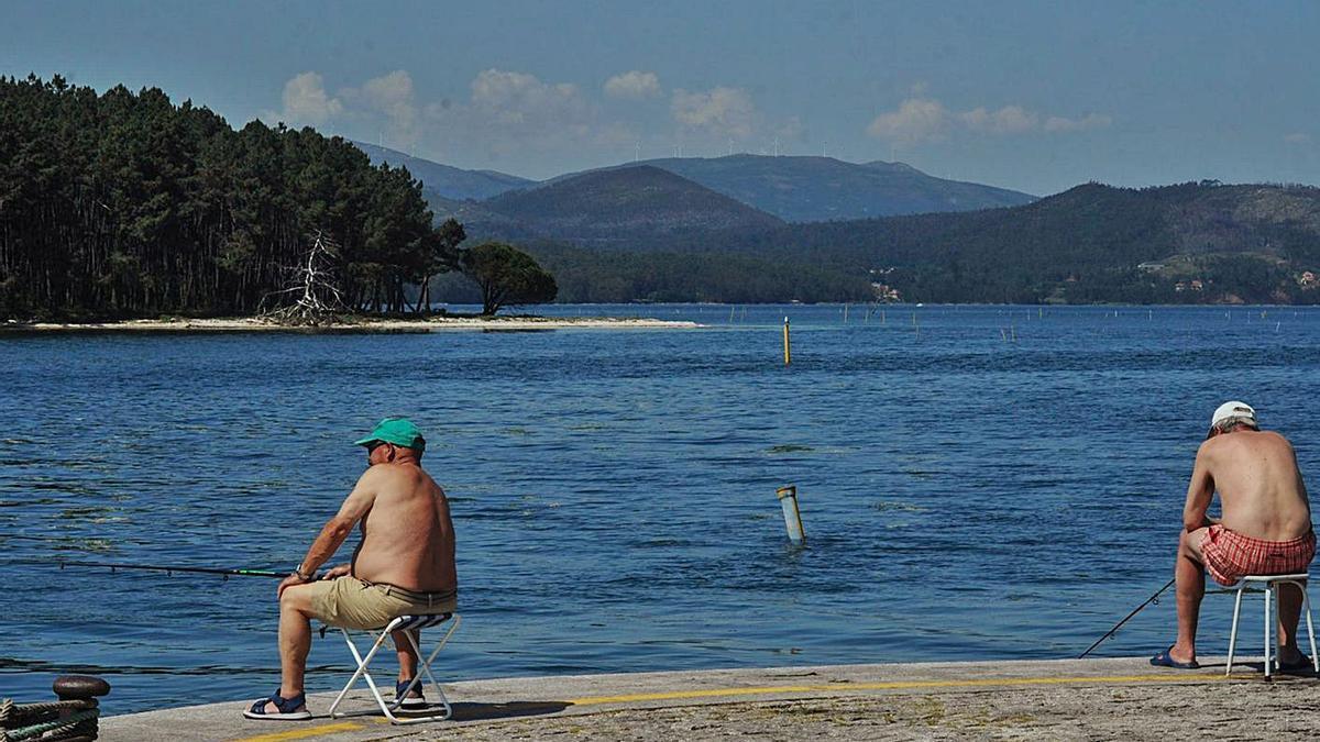 Pescar frente a Cortegada se ha convertido en una prohibición.  | // I. ABELLA