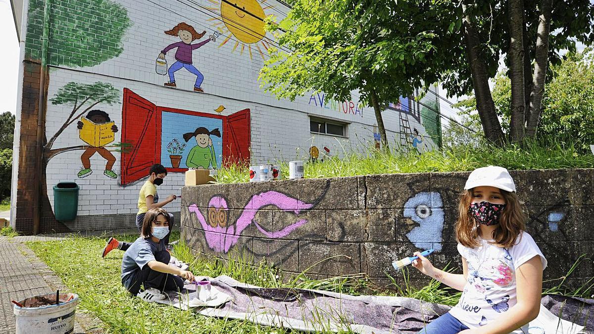 Estudantes xunto ao mural, na aula exterior e rematando unha xardineira.    FOTOS: BERNABÉ/J.L.