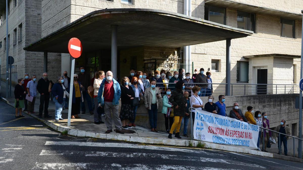 Concentración de la Voz da Sanidade hoy ante el Centro de Salud de Cangas.//Gonzalo Núñez
