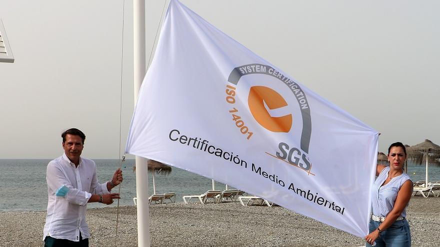 Torrox iza la Bandera ISO 14001 en la playa de El Peñoncillo