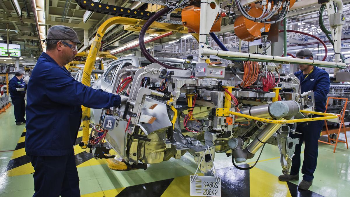 Operarios de ferraje en la factoría de Stellantis en Vigo.