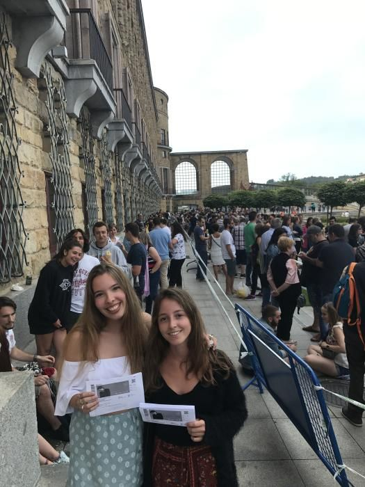 Asistentes al concierto de Sabina aguardando en la cola