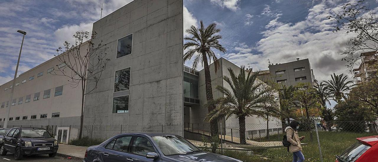 El albergue de Altabix en el que se ubicará la residencia de la UMH, en una imagen de ayer.