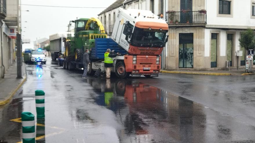 Un camión averiado bloquea el tráfico en el centro de Agolada