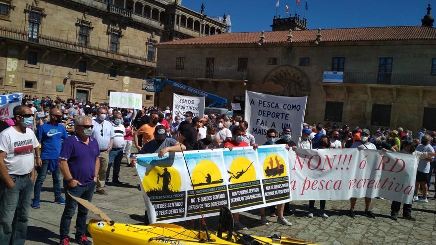 Pescadores recreativos rechazan en las calles de Santiago la nueva normativa