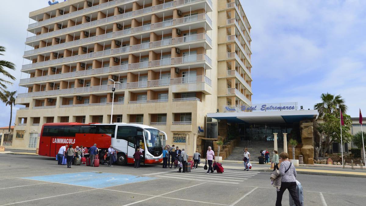 Un hotel en La Manga recibe turistas.
