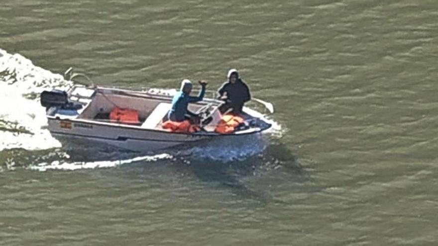 """Cadasa limpia el pantano de Tanes con una barca a motor: """"Nos toman el pelo"""""""