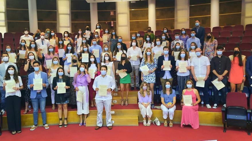 El Hospital General de Alicante rinde homenaje a los 69 residentes que finalizan la especialidad