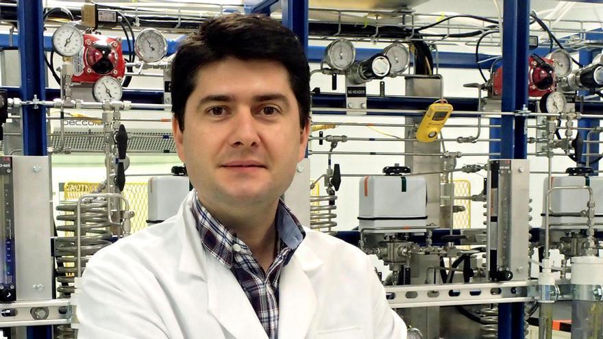 Javier García en el laboratorio de la UA