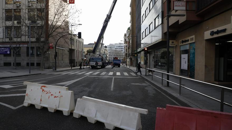 Una grúa de grandes dimensiones corta el tráfico en la avenida Alfonso IX de Zamora capital