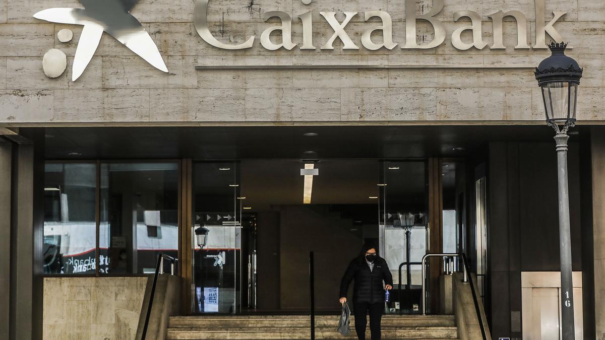 Logo de Caixabank en la antigua sede de Bankia, en la calle Pintor Sorolla, en Valencia