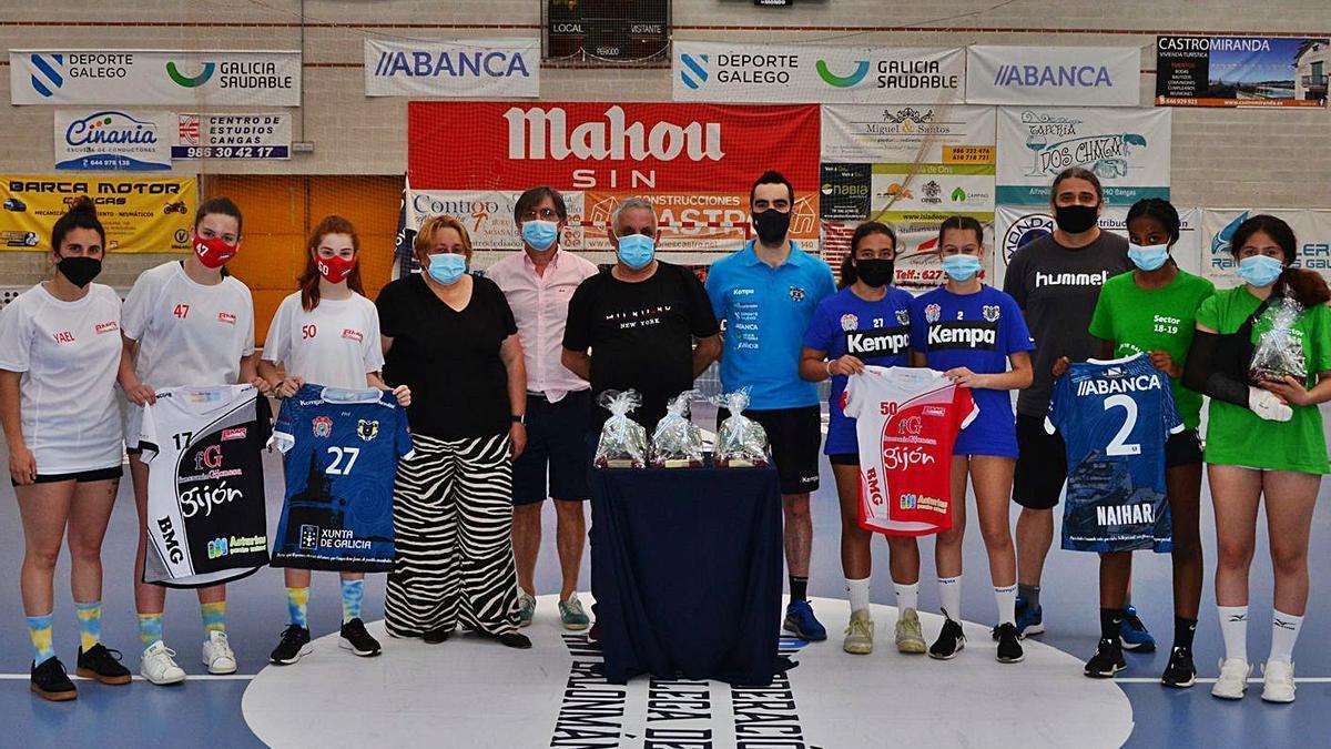 Representantes de los clubes y del Concello de Cangas, ayer en O Gatañal, con los trofeos. |  // G.NÚÑEZ