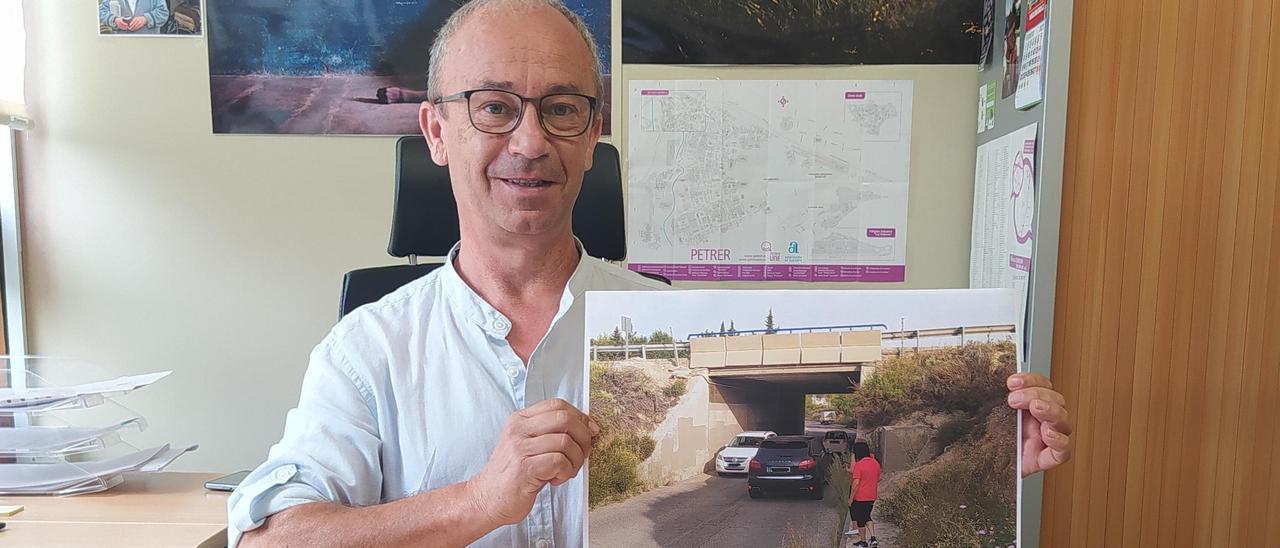 El concejal de EU mostrando el puente de Petrer sobre la autovía A-31.