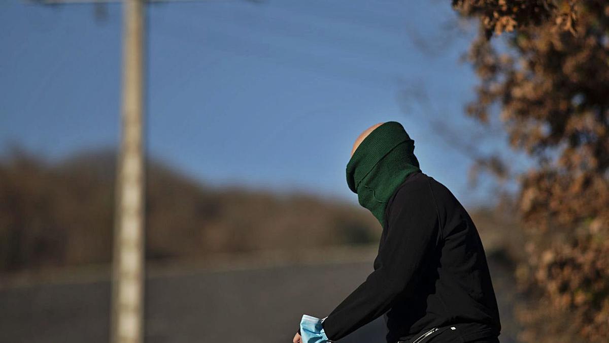 Un hombre muy abrigado, haciendo deporte ayer en Cachamuíña (Pereiro de Aguiar)