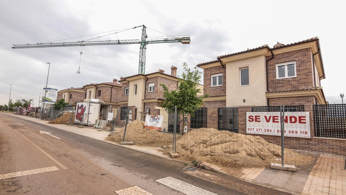 Viviendas unifamiliares en construcción en la zona de Vistahermosa, en Cáceres.