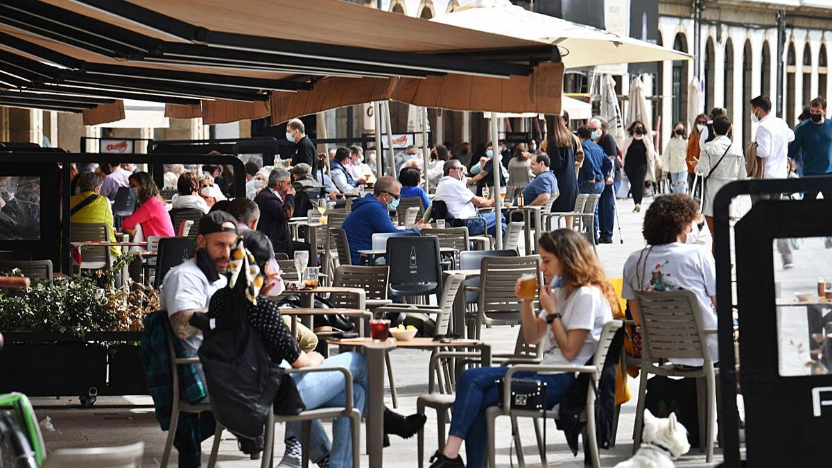 Clientes en terrazas de A Coruña. |   // VÍCTOR ECHAVE