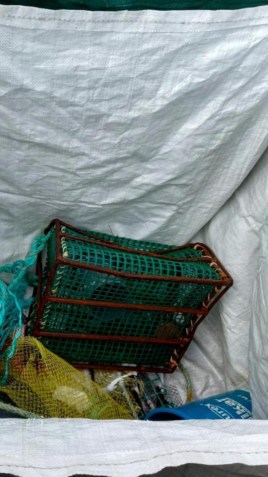Los viejos útiles de pesca y marisqueo están muy presentes entre la basura.