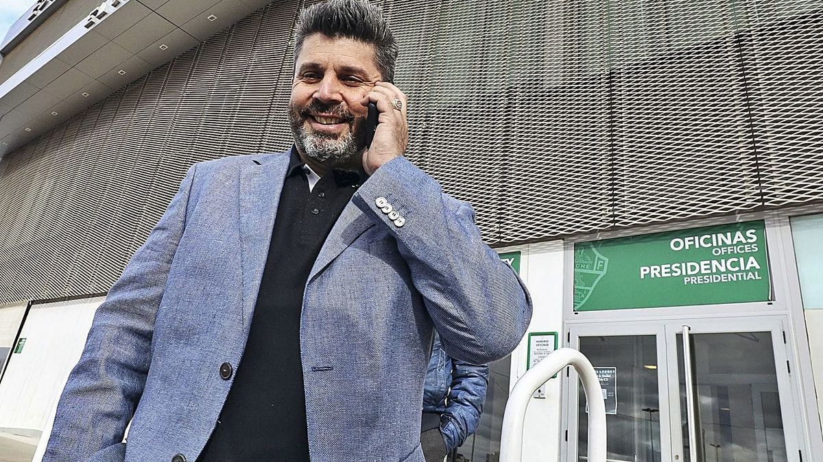 El máximo accionista del Elche, Christian Bragarnik, hablando por teléfono.