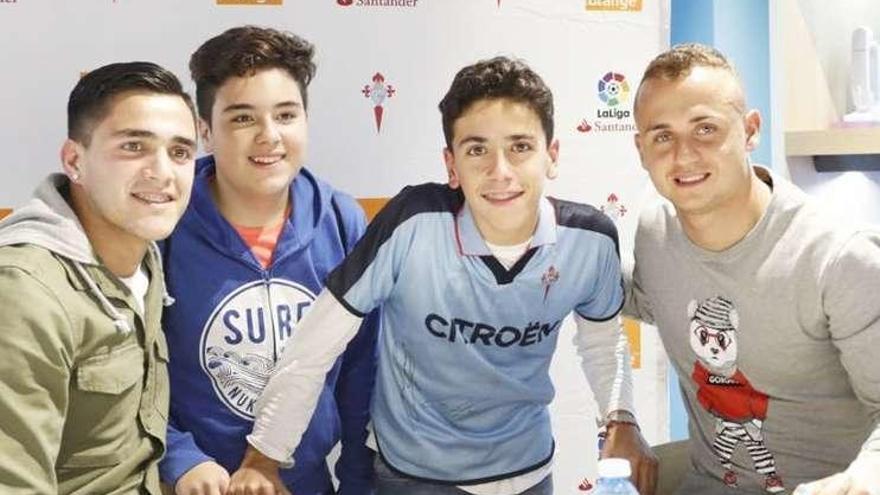 Firma de autográfos de Lobotka y Maxi Gómez