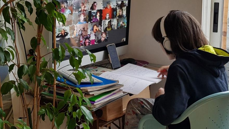 Un niño asiste a una conferencia de clase virtual desde casa