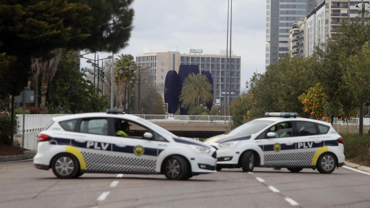 Coches patrulla de la Policía Local de València en un control durante el estado de alarma.