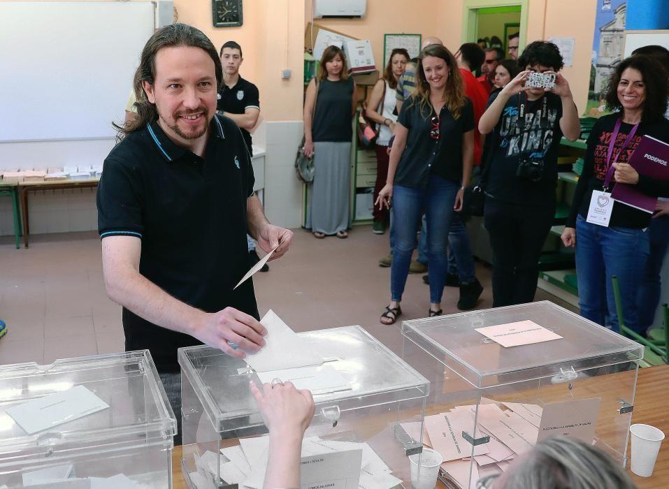 Pablo Iglesias vota durante el 26M.