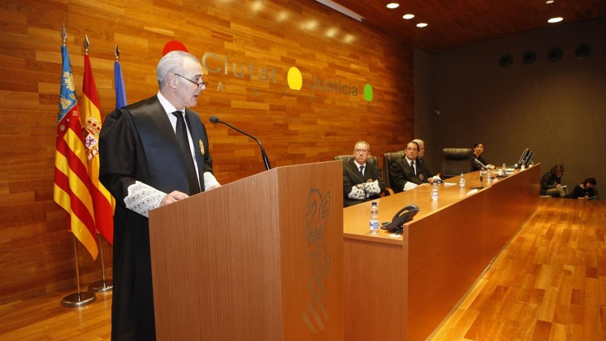 Sanitat investiga si la mujer del exfiscal jefe de Castellón tuvo que ver en su vacunación irregular