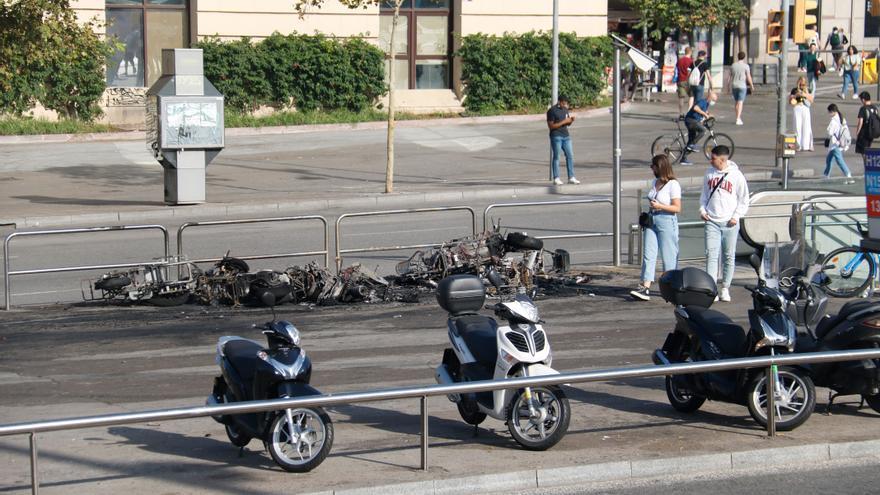 Vint detinguts i 43 ferits en el gran botellot de Maria Cristina, que ha congregat 40.000 persones