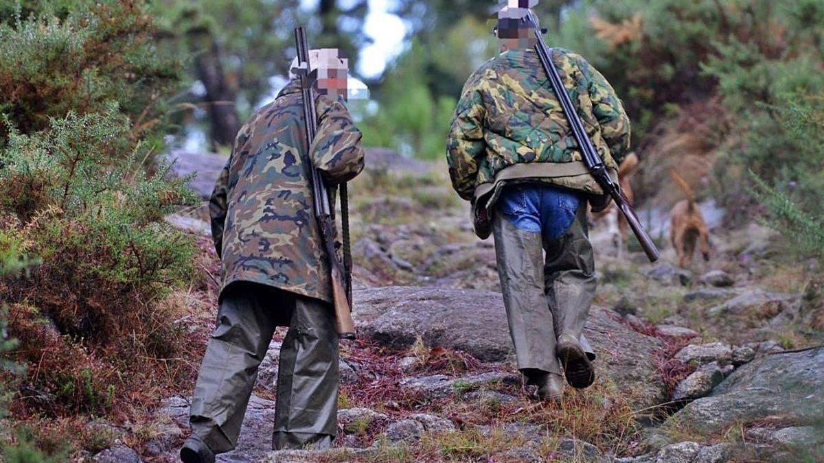 Cazadores en un monte de la comarca.