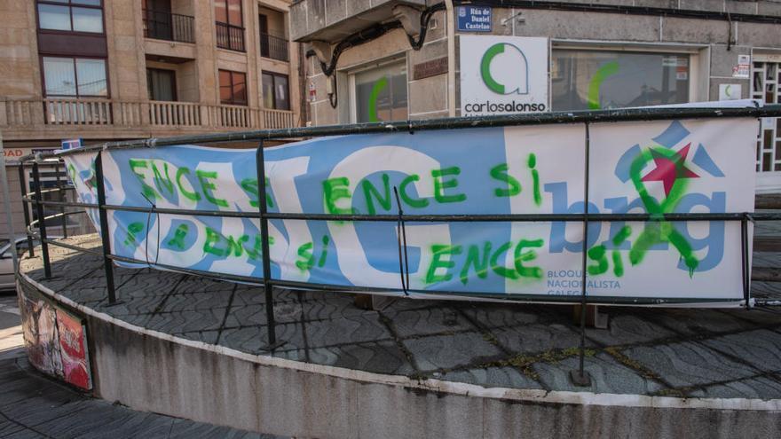 Aparecen pintadas todas las pancartas del BNG en Moaña con frases en apoyo a Ence