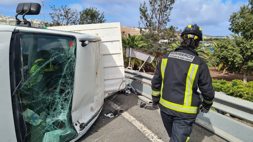 Un camión vuelca en el acceso a Lomo Los Frailes desde la GC-3