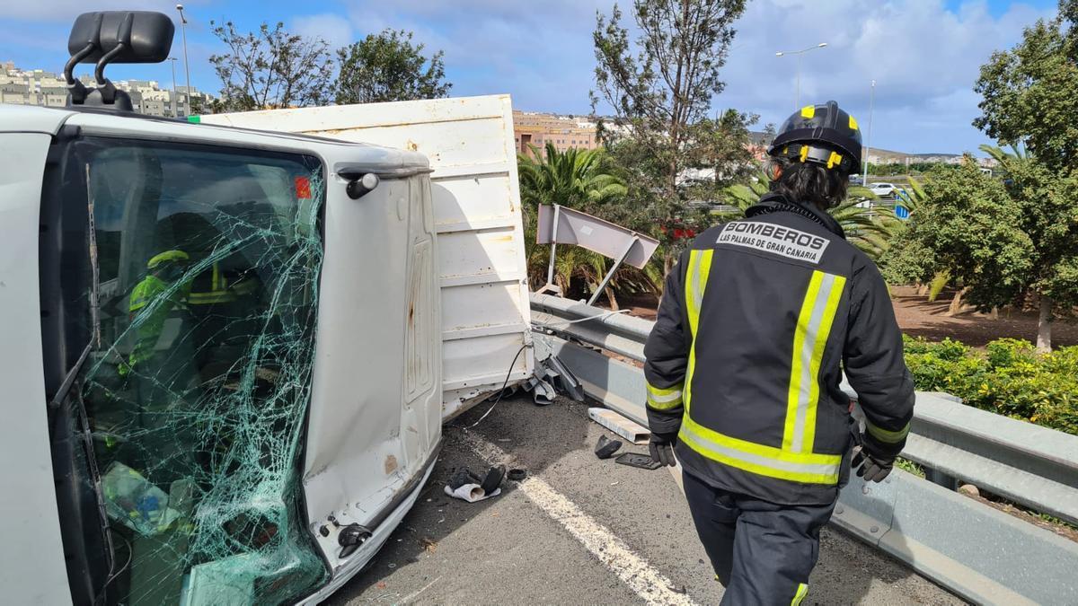 El camión siniestrado este viernes en el acceso a Lomo Los Frailes