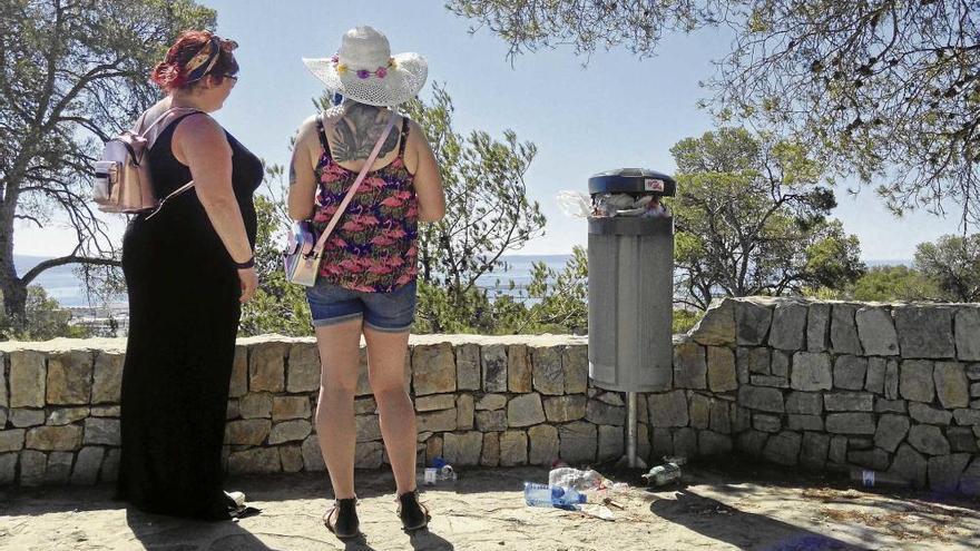 Der Müll häuft sich rund um das Castell Bellver